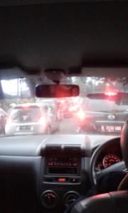 "Nah...macet dimana2. Eh tp pinggir jalannya ada bakso yg paling terkenal di Bogor adalah ""Bakso Boboho"". Laper juga nunggu macet"