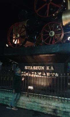 Bikin kenangan depan stasiun