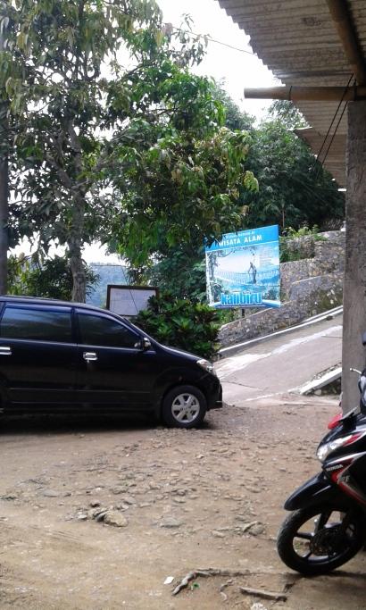 Salah satu mobil pengunjung yang brani parkir di atas
