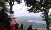 Pengunjung memandang Waduk Sermo